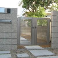 シルバーの門扉とブランの組み合わせ