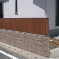 シンプルな5本ラインの塀とフェンスのカラーがマッチしたコーディネート(バリュー5)