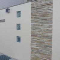 シンプルな塀に自然石の貼り材でアクセントを(ルッソ)