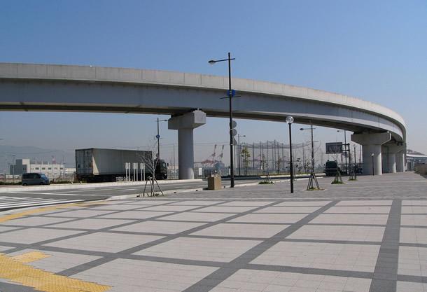 甲南大学ポートラインドキャンパス前歩道(神戸市/ユニバーサルFG)