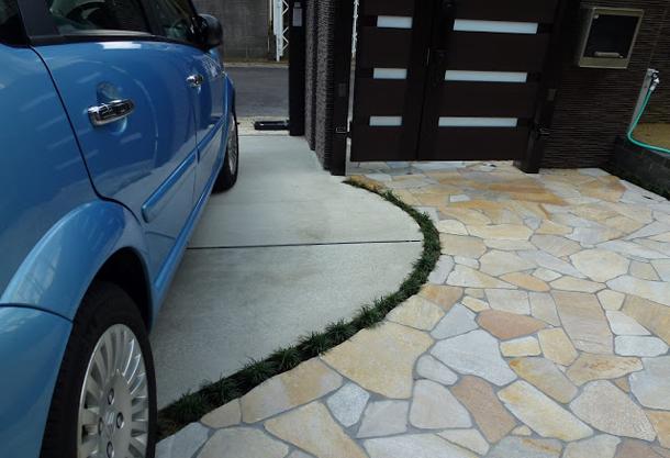 美しい曲線と高級感ある乱形石のアプローチ(トラッドストーン)