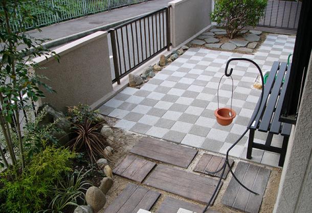 メンテナンスフリーのすっきりとしたお庭(UDウォーク・オールドヴィレッジペイバー)