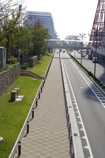 神戸の美しい道。ハートランドペイブにあたる光の陰影で2色に見えます。